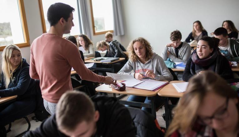 Des lycéens ayant échoué au bac se retrouvent, faute de place en lycée, dans un dispositif similaire à celui pour décrocheurs...