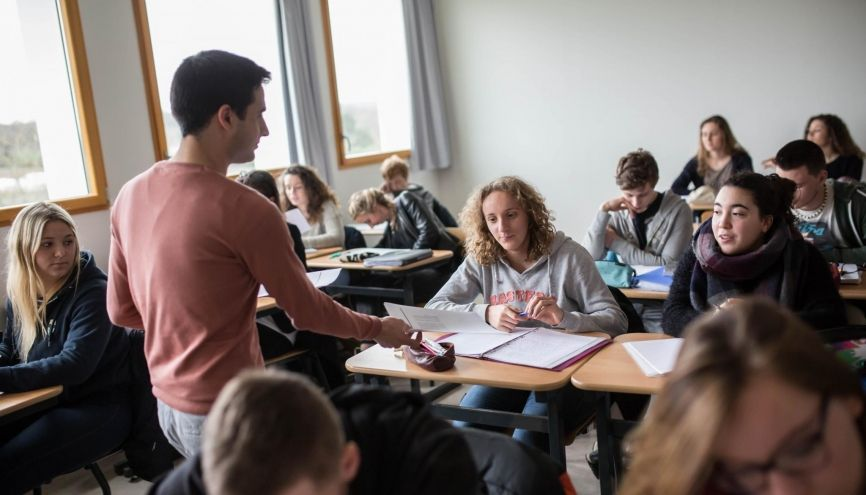 Des lycéens ayant échoué au bac se retrouvent, faute de place en lycée, dans un dispositif similaire à celui pour décrocheurs... //©Laurent Hazgui/Divergence pour l'Etudiant