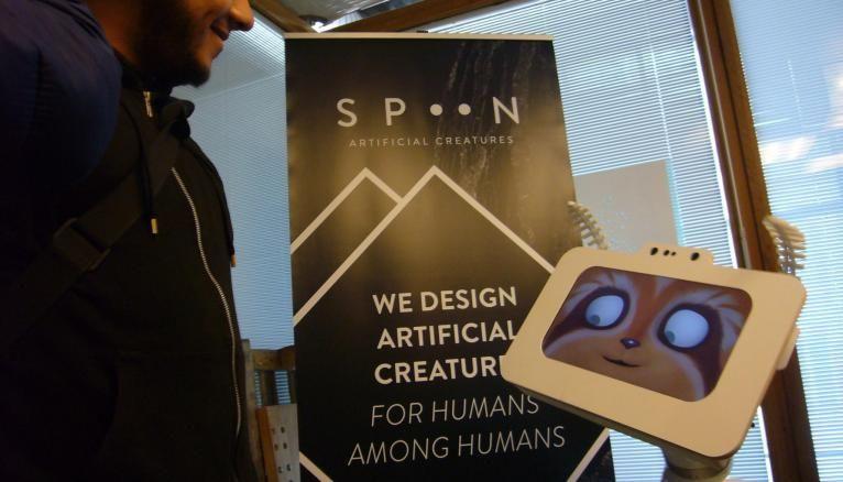 Spoony est un robot articulé fait pour interagir avec les êtres humains.