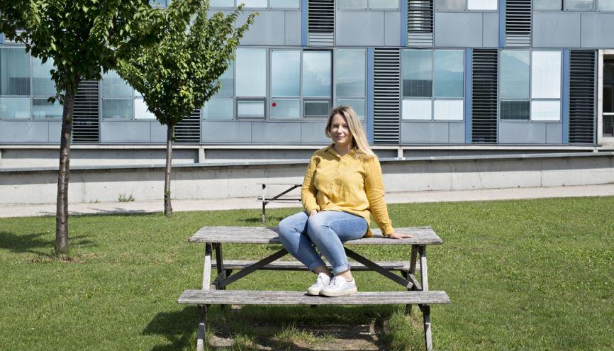 Lola, 20 ans, en troisième année de licence, à la Faculté de droit de Clermont-Ferrand, dans le campus. //©Marielsa Niels/Hans Lucas pour l'Etudiant
