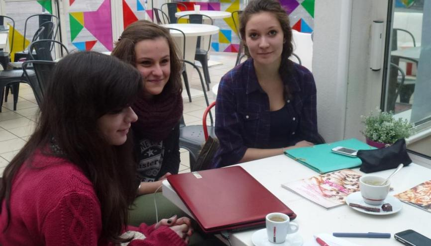 Université de Bourgogne - Mélanie, Lea  et Lou étudiantes en 1re année de licence SLIC, en pleines révisions au café de l'Atheneum //©Cécile Peltier
