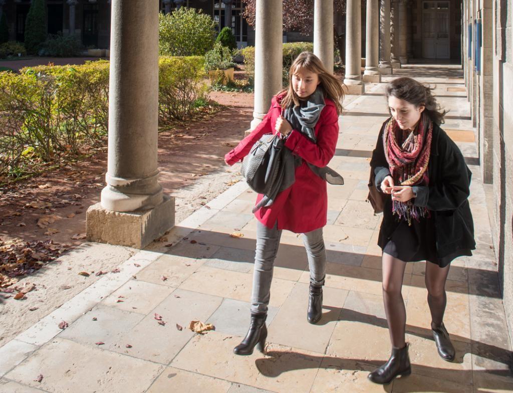 Les cours commencent à huit heures. Les retardataires pressent le pas dans les galeries qui longent la cour d'honneur. //©Olivier GUERRIN pour L'Étudiant