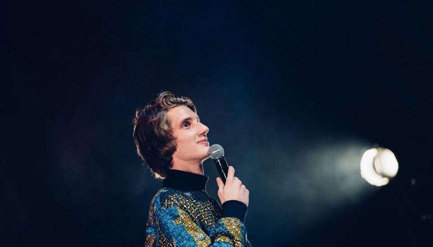 Paul sur la scène de la Cigale lors de la finale du Campus Comedy Tour. //©Laura Gilli