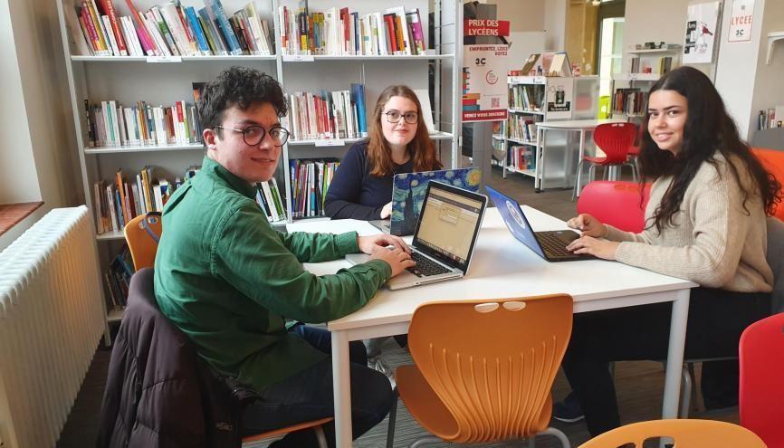 De gauche à droite : Hugo, Anaïs et Lyna suivent les enseignements de spécialités à distance au lycée Jean XXIII de Montigny-lès-Metz. //©Thibaut Cojean