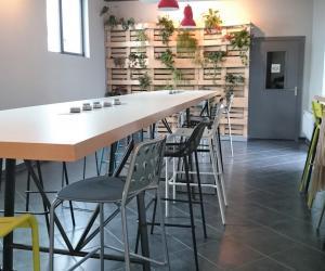 """Le """"Kafé"""" (salle à manger) de la résidence Kley à Caen : sa table avec prises incorporées et amovibles, pour petit-déjeuner, déjeuner ou travailler."""