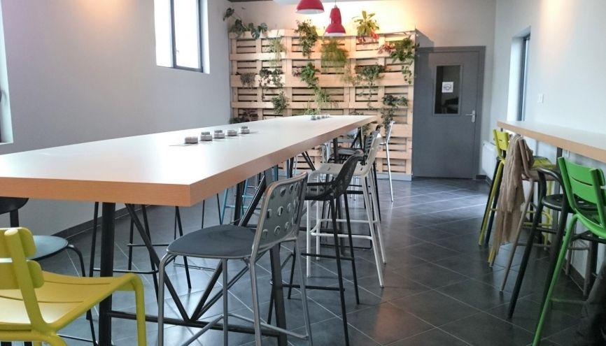 """Le """"Kafé"""" (salle à manger) de la résidence Kley à Caen : sa table avec prises incorporées et amovibles, pour petit-déjeuner, déjeuner ou travailler. //©Laure Antoine"""