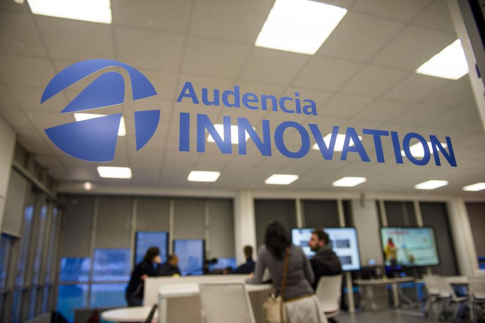 Mobilier modulable  et écrans en pagaille : le nouveau learning lab d'Audencia BS (Nantes) accueille des travaux de groupes et des cours par petits groupe en mode connecté. //©F. Senard/Audencia Group