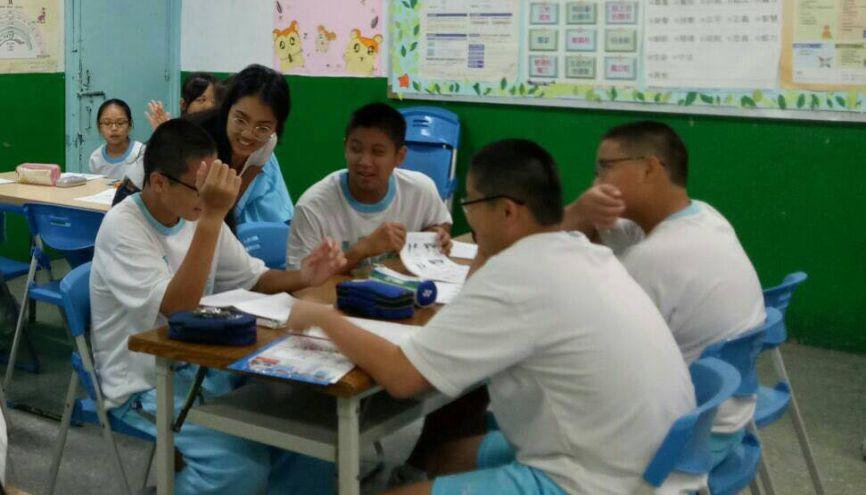 À Taiwan, Cindy, assistante de français à l'étranger, donne également quelques cours en collège. Au programme de sa première intervention : lecture et prononciation. //©Photo fournie par le témoin