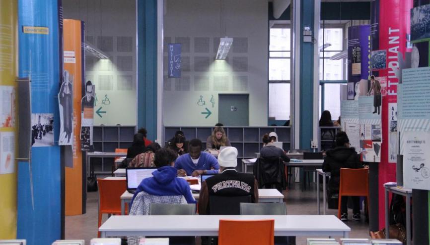 Dans la bibliothèque du campus Saint-Charles d'Aix-Marseille université. //©Camille Stromboni