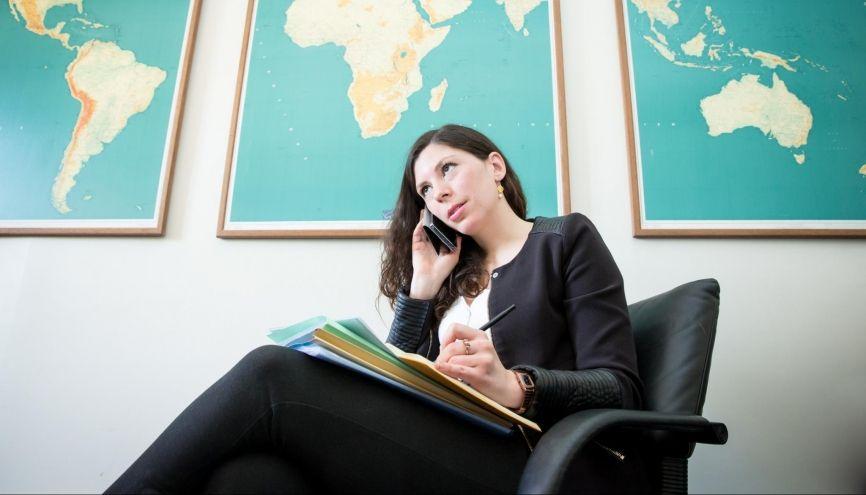 Rédactrice à la direction Afrique du Nord et Moyen-Orient, Dora peut être amenée à livrer 5 notes en 1 heure, au cabinet du ministre des Affaires étrangères. //©Florence Levillain pour L'Étudiant