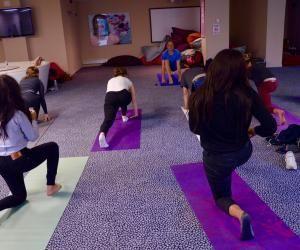 Les étudiants en commerce de Kedge Marseille s'initient au yoga par la salutation au soleil.