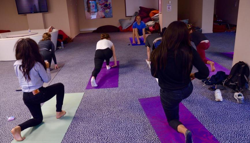Les étudiants en commerce de Kedge Marseille s'initient au yoga par la salutation au soleil. //©erwin canard
