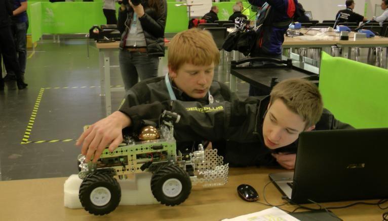 <strong>ROBOTIQUE MOBILE. COURTNEY, 21 ANS, ÉLÈVE INGÉNIEUR, ET ALBAN, 18 ANS, ÉTUDIANT EN DUT GEEI</strong><br />Les deux jeunes hommes ont dû concevoir et faire se déplacer leur robot dans un labyrinthe en aveugle.