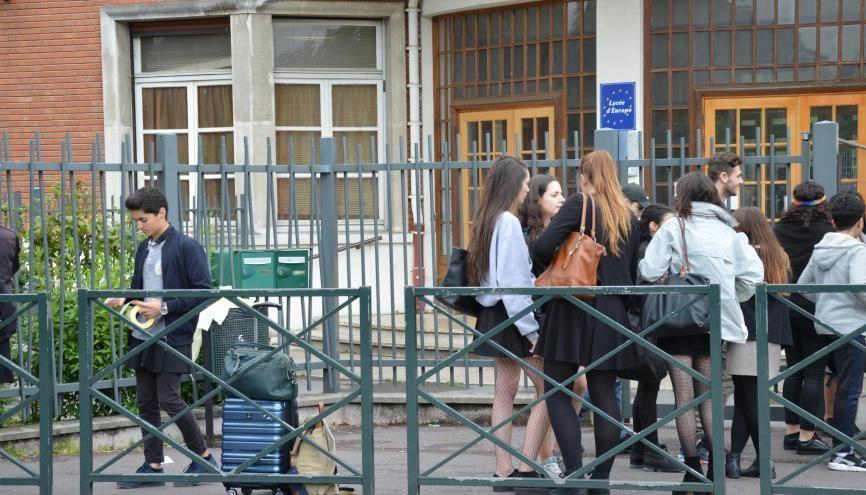 Au lycée Gustave-Monod, de nombreuses filles et quelques garçons ont mis une jupe pour lutter contre le sexisme. //©erwin canard