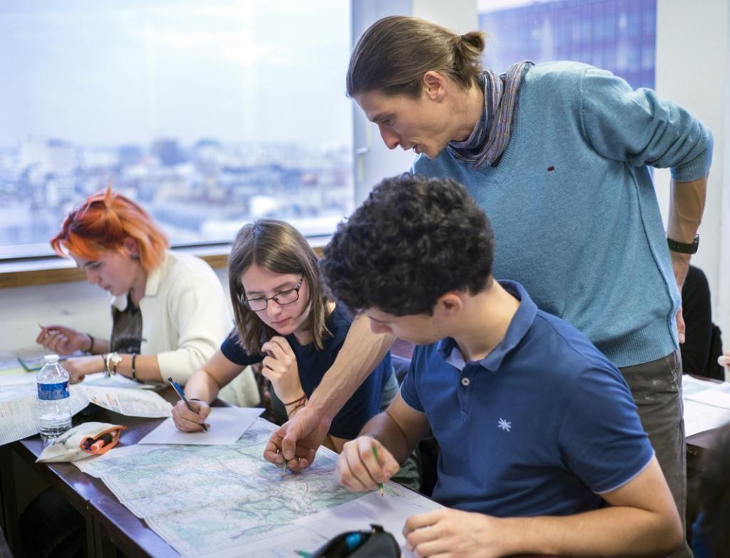Maître de conférences au sein de l'université Paris1, sur le site de Tolbiac, Alain apprend à ses étudiants de première année de licence à lire une carte. //©Myr Muratet pour l'Étudiant