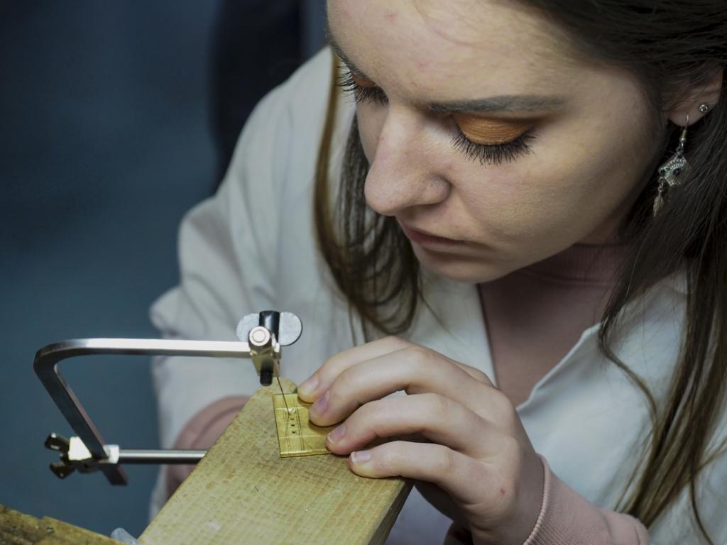 Scies, mais aussi chalumeaux, règles, limes, échoppes... les apprentis bijoutiers disposent de multiples outils. //©Raphaël Helle/Signatures pour l'Etudiant