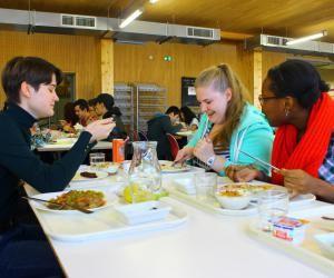 Ces étudiantes de Paris-Diderot mangent pour la première fois dans un restaurant universitaire.
