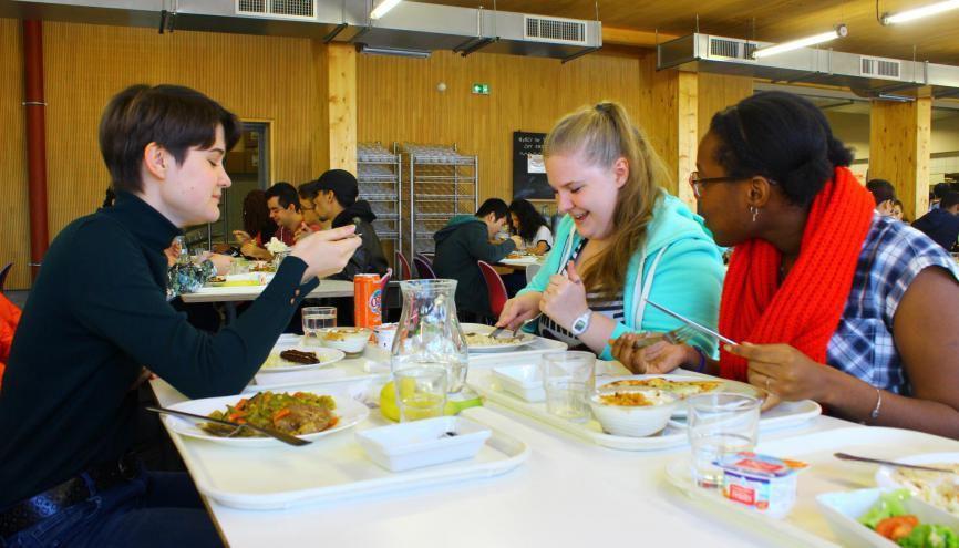 Ces étudiantes de Paris-Diderot mangent pour la première fois dans un restaurant universitaire. //©Delphine Dauvergne