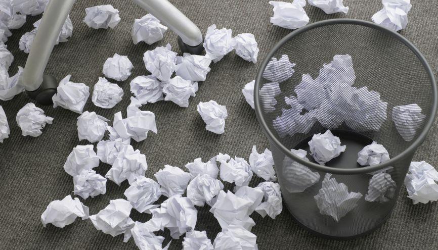 Pour que votre CV reste sur le haut de la pile, soignez votre orthographe ! //©plainpicture/Image Source