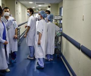 La crise sanitaire que traverse la France marquera les futurs médecins actuellement sur le front avec leurs aînés.