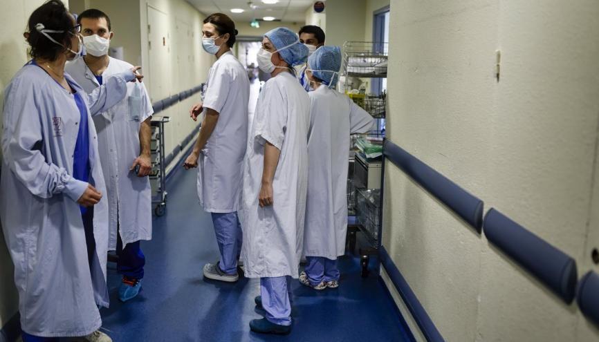 La crise sanitaire que traverse la France marquera les futurs médecins actuellement sur le front avec leurs aînés. //©Sebastien ORTOLA/REA