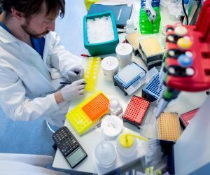 Les postdocs, après avoir travaillé un ou deux sur leur sujet de recherche, peuvent passer un concours pour devenir fonctionnaire.
