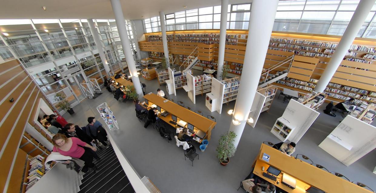 La médiathèque d'Audencia business school a été réaménagée en 2015. Objectif : faciliter le travail seul ou par petits groupes (10 salles dédiées), et la consultation des 20.000 ouvrages, nombreuses revues et bases de données. //©F.Senard-Audencia Group