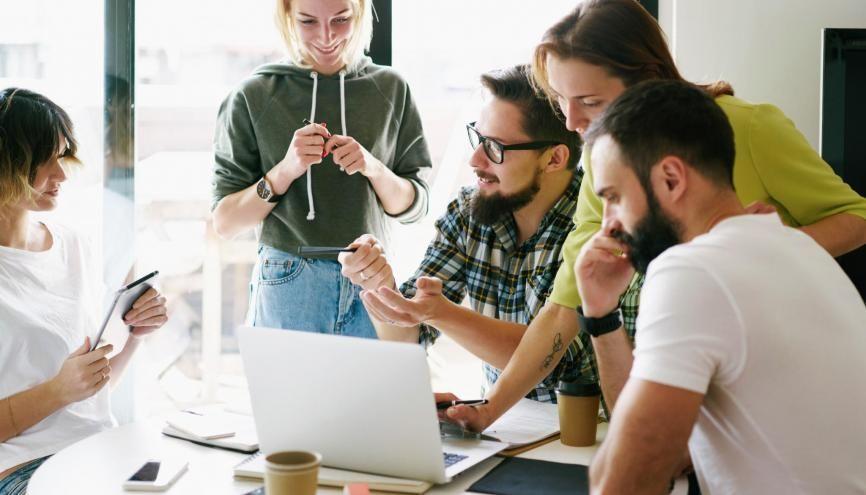 Créer son entreprise, seul ou en association, tout en continuant ses études, est un bon moyen de se familiariser avec la vie professionnelle. //©JKstock/Adobe Stock