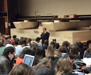 Cours en amphi à l'université Panthéon-Assas à Paris. En France, seuls 40% des étudiants franchissent le cap de la première année de droit, le plus souvent par méconnaissance de ce qui les attend.