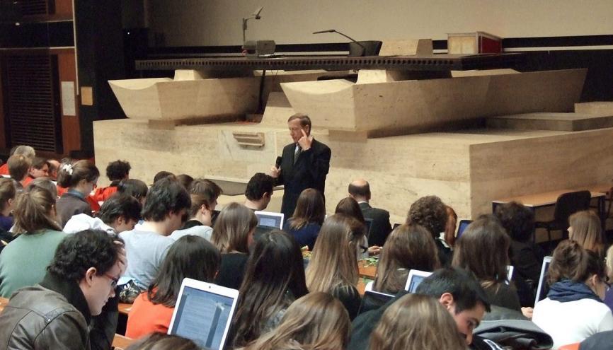 Cours en amphi à l'université Panthéon-Assas à Paris. En France, seuls 40% des étudiants franchissent le cap de la première année de droit, le plus souvent par méconnaissance de ce qui les attend. //©Paris 2-Assas