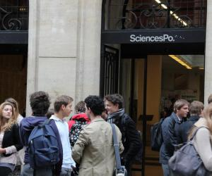 Devant l'entrée de Sciences po Paris, rue Saint-Guillaume.