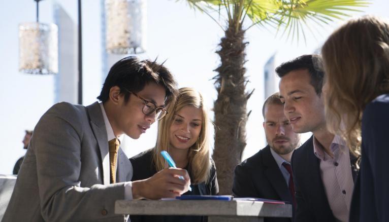 L'INSEEC recrute via son propre concours d'admissions parallèles.