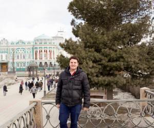 Derrière Antoine, la résidence du gouverneur d'Ekaterinbourg. La ville accueille peu d'étudiants étrangers.