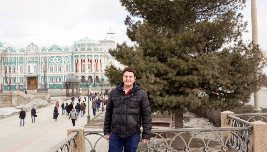Derrière Antoine, la résidence du gouverneur d'Ekaterinbourg. La ville accueille peu d'étudiants étrangers. //©Elena Strekoza pour l'Etudiant