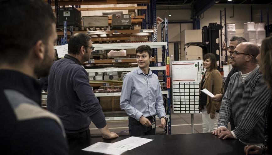 Kévin est apprenti agent logistique chez Thales depuis un an. //©Mat Jacob / Tendance Floue pour l'Étudiant