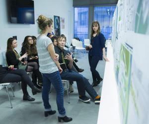 Des étudiantes du master de l'école d'architecture de Strasbourg présentant un projet.