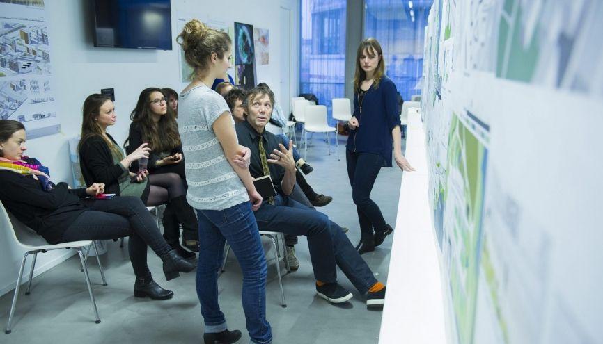 Des étudiantes du master de l'école d'architecture de Strasbourg présentant un projet. //©Cyril Entzmann pour l'Etudiant