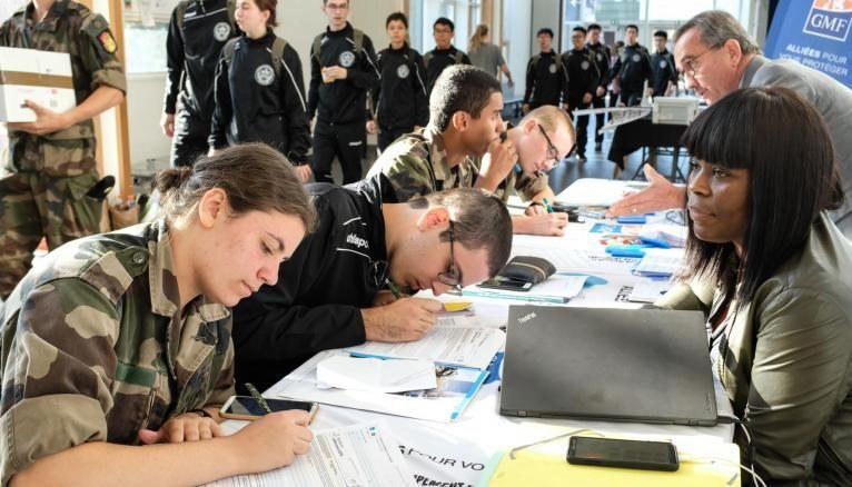 Dernières formalités avant le grand départ pour un stage commando de trois semaines pour les étudiants en première année de l'X.