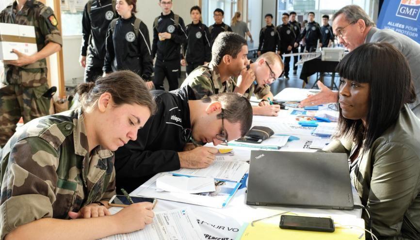 Dernières formalités avant le grand départ pour un stage commando de trois semaines pour les étudiants en première année de l'X. //©Florian Dacheux
