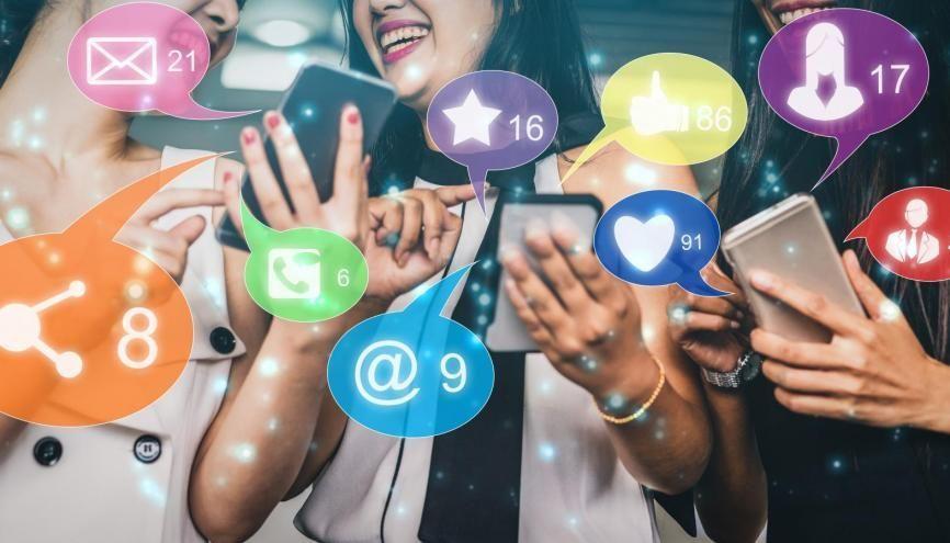 Les réseaux sociaux sont une belle vitrine pour les étudiants en art. //©Adobe Stock / Blue Planet Studio