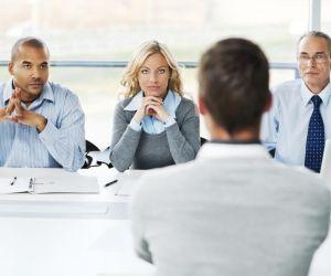 Au cours de l'entretien, regardez vos interlocuteurs dans les yeux et montrez votre intérêt pour le poste.
