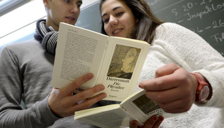 Au lycée International Jean-Pierre-Vernant certains cours sont donnés en anglais ou en allemand.