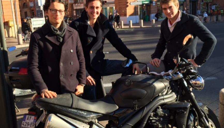 Romain Duflot (au centre) entouré de Thomas de Saintignon et Quentin Salmon, copains de promo associés à son projet technologique. //©Photo fournie par le témoin