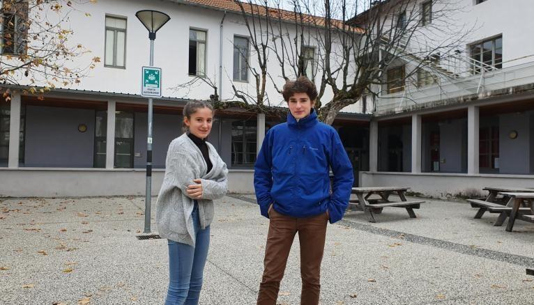 Noélie et Baptistin devant l'internat.