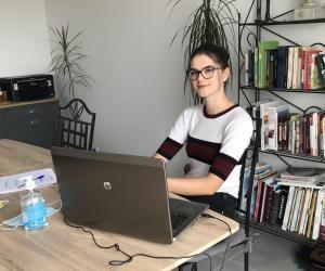 """Emma, 19 ans étudiante en DUT GEA : """"J'ai commencé mon stage en télétravail durant 3 semaine s: le contact physique et humain m'a manqué"""""""
