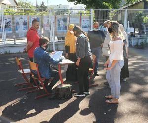 Des lycéens découvrant les résultats du bac au lycée professionnel Frédéric Bartholdi de Saint-Denis.