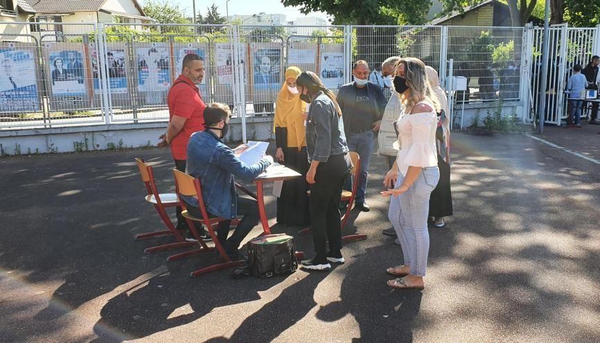 Des lycéens découvrant les résultats du bac au lycée professionnel Frédéric Bartholdi de Saint-Denis. //©Thibaut Cojean