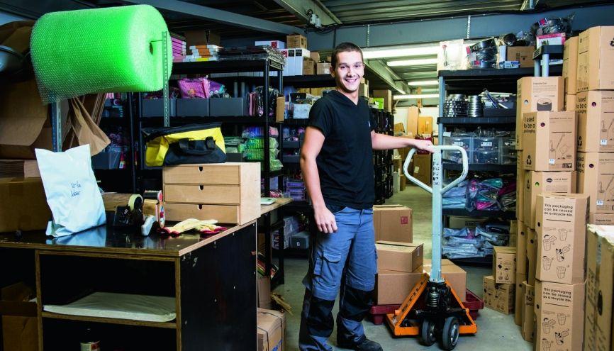 Thomas, 19 ans, en bac pro, apprenti magasinier chez Déco et Saveurs, à Sartrouville (78) //©Éric Garault pour L'Étudiant