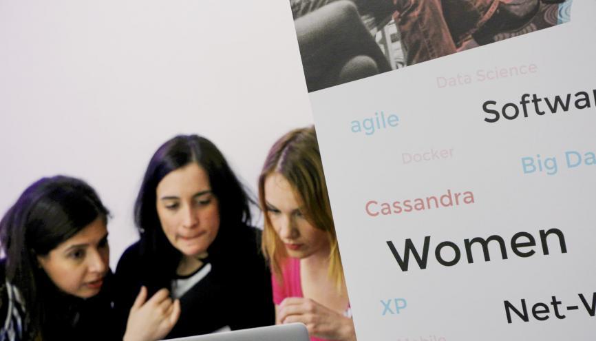 Amira, Katia et Ludwine : deux développeuses et une ingénieure data qui pourraient vous donner envie de vous lancer vous aussi. //©Denis Allard / R.E.A