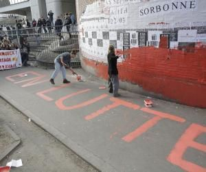 L'université Paris 1 Tolbiac repeinte en rouge par des étudiants pour protester contre la loi Travail.